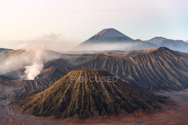 Indonésia, Java Timur, Probolinggo, nascer do sol no ponto de vista de Bromo na Cemoro-Lewang. Frente do Bromo, atrás do vulcão Semeru — Fotografia de Stock