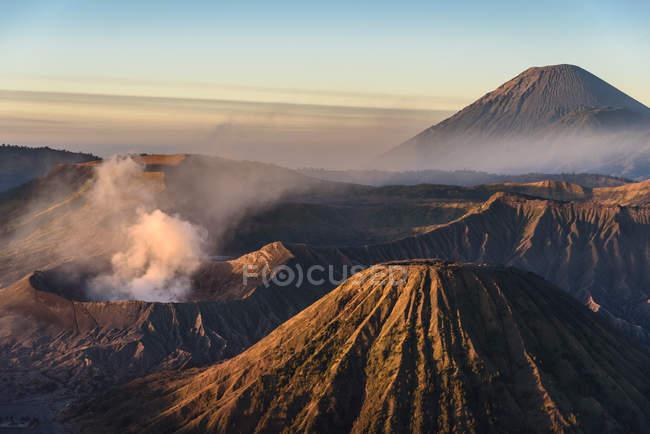 Indonésie, Java Timur, Probolinggo, lever de soleil au belvédère de Bromo à Cemoro-Lewang — Photo de stock