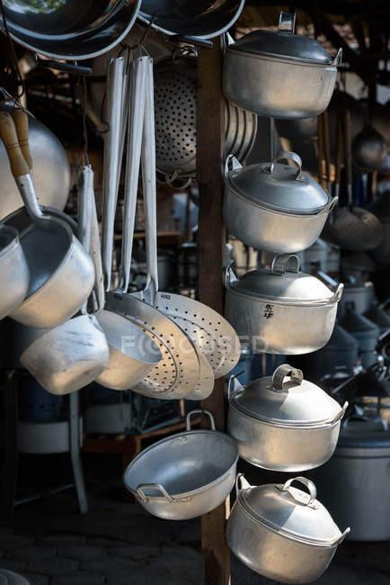 Indonesia, Java Timur, Kabanyat Banyuwangi, Tienda de utensilios de cocina - foto de stock
