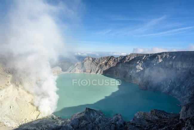 Indonesia, Java Timur, Kabudaten Bondowoso, volcanic crater lake Ijen — Fotografia de Stock