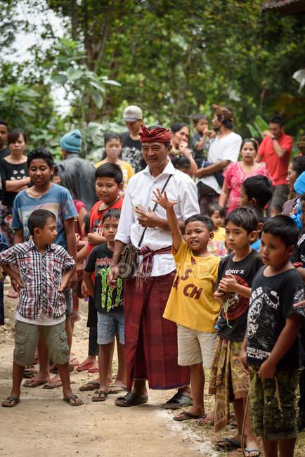 Кабул Buleleng, Балі, Індонезія - 17 серпня 2015: Мер суддя, так і дітей на конкурсі гімнастика для молоді с. — стокове фото