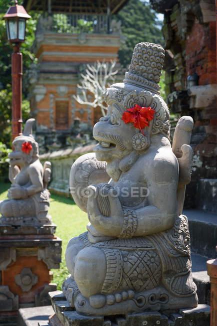 Indonésie, Bali, Kaban Tabanan, statues décorées de fleurs au temple Taman Ayun — Photo de stock