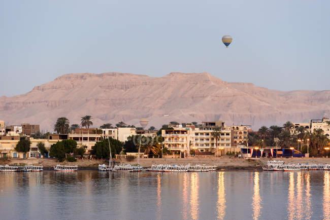 Egito, Luxor Gouvernement, air baloon sobre Luxor, paisagem urbana pelo mar — Fotografia de Stock