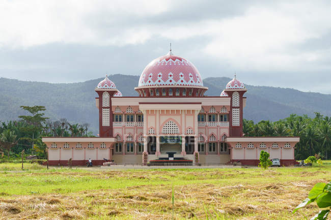 Indonesia, Maluku Utara, Kabupaten Halmahera Timur, mosque in nature in Maba city on northern Molikken — Stock Photo