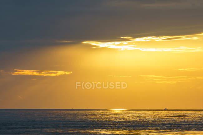 Indonésie, Sulawesi Utara, Kota Manado, lac Silence au crépuscule à Sulawesi Utara — Photo de stock