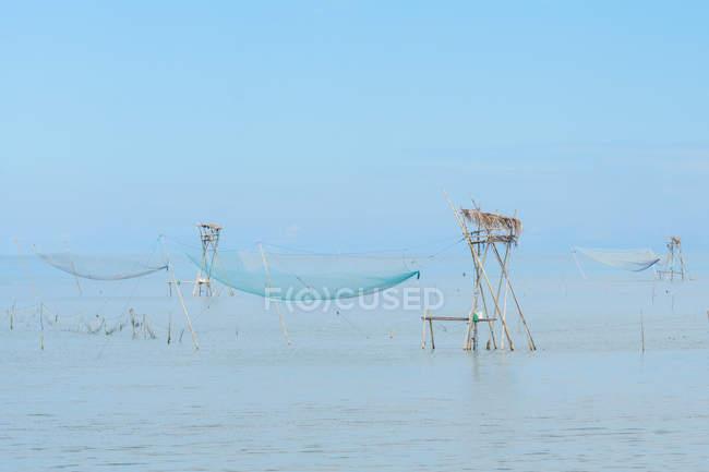 Индонезия, Selatan Сулавеси, резиденций и рыболовные сети на море на Сулавеси Селатан — стоковое фото
