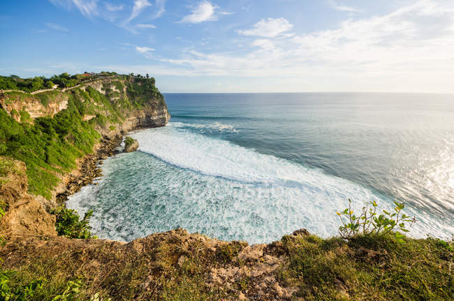 Индонезия, Бали, Kabudaten Badung, стеной отвесной скале на берегу моря в храм Улувату — стоковое фото