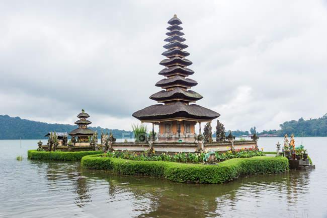 Indonésie, Bali, Kaban Tabanan, temple avec jardin sur l'eau au volcan Bratan — Photo de stock