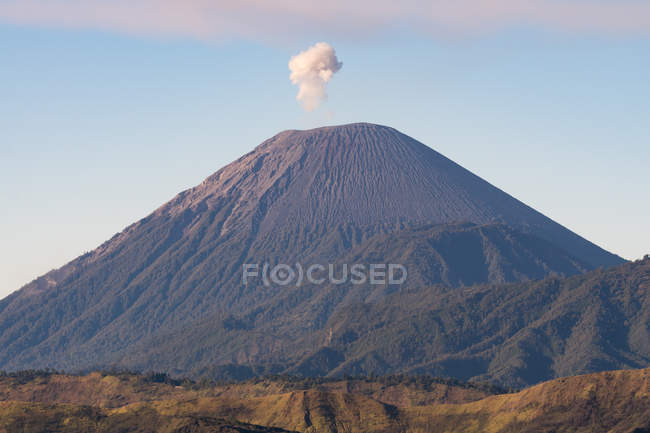 Indonesia, Java Timur, Probolinggo, Smoke cloud over Volcano Semeru at sunset — Fotografia de Stock