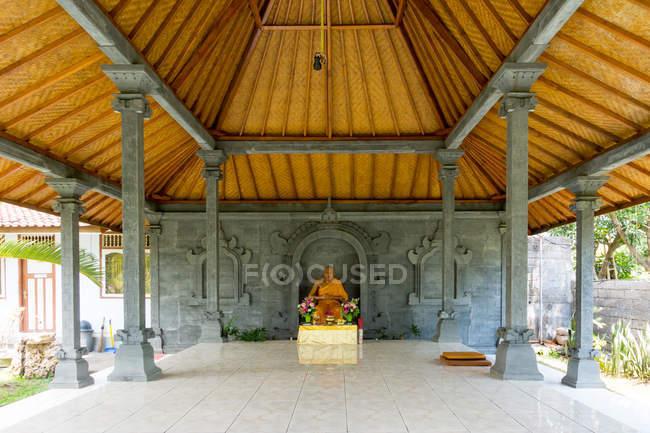 Indonesien, Bali, Buleleng, Gebetsstätte, Brahma Vihara Arama, buddhistischer Tempel Altar mit statue — Stockfoto
