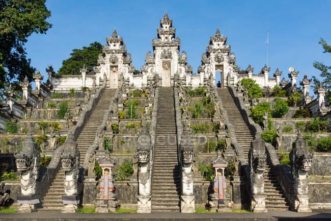 Indonésie, Bali, Karangasem, escaliers menant au temple sur la plage de Kubu — Photo de stock