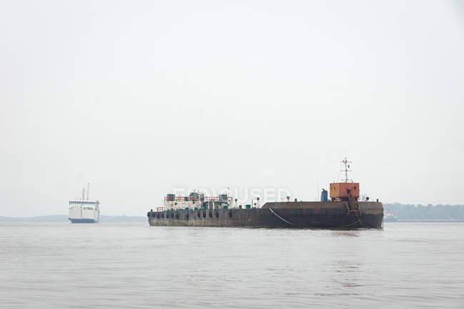 Indonésia, Kalimantan, Bornéu, Kotawaringin Barat, ferry e navio de transporte no porto de Kotawaringin Barat — Fotografia de Stock