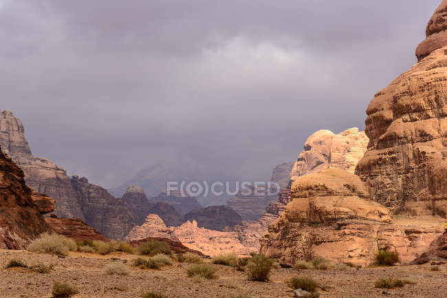 Jordan, Aqaba Governorate, Wadi Rum, Remarkable Skullformation, The Wadi Rum is a desert high plateau in South Jordan, scenic desert landscape with mountains — Stock Photo