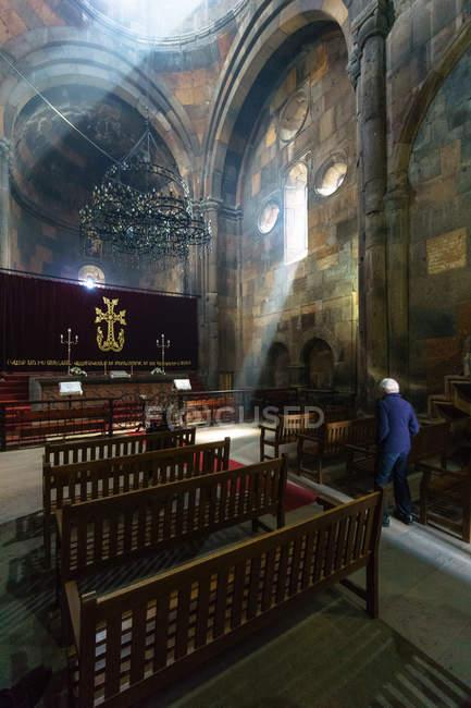 Armenia, Aragatsotn Province, Ohanavan, senior man in Hovhannavank Monastery, ornate interior — Stock Photo