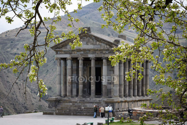 Arménie, groupe de touristes de province, Garni, Kotayk au temple Garni — Photo de stock