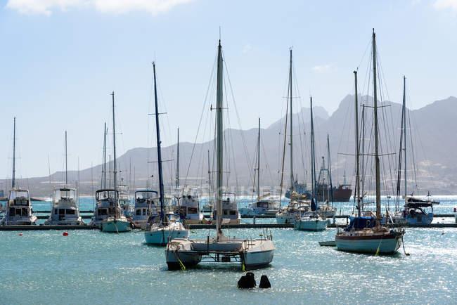 Cabo Verde, Sao Vicente, Mindelo, botes amarrados en puerto a la luz del día - foto de stock