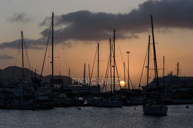 Cabo Verde, Sao Vicente, Mindelo, puerto con botes amarrados al atardecer - foto de stock