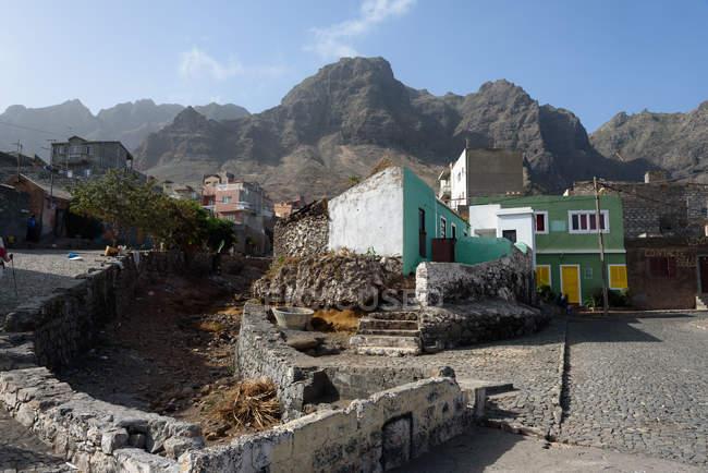 Cabo Verde, Santo Antão, Ponta do Sol, Aldeia local junto às montanhas — Fotografia de Stock