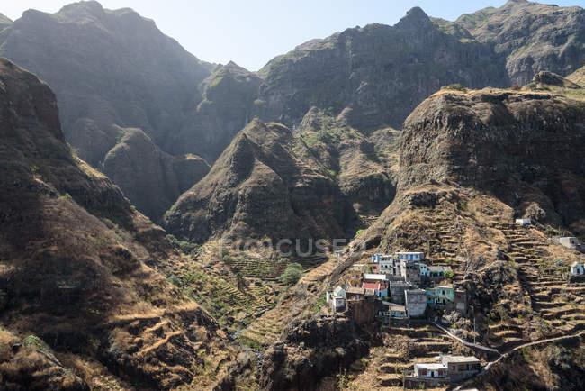 Cabo Verde, Santo Antao, Ponta do Sol, Fontainhas, Paisagem montanhosa com pequena aldeia sobre rocha — Fotografia de Stock