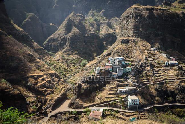 Cabo Verde, Santo Antao, Caibros de Ribeira de Jorge, paisagem de montanhas cênicas com pequena aldeia no vale — Fotografia de Stock
