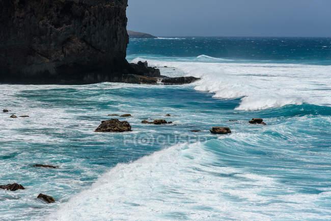 Capo Verde, Santo Antao, L'isola di Santo Antao è la penisola di Capo Verde, onde che si infrangono dalla costa rocciosa — Foto stock