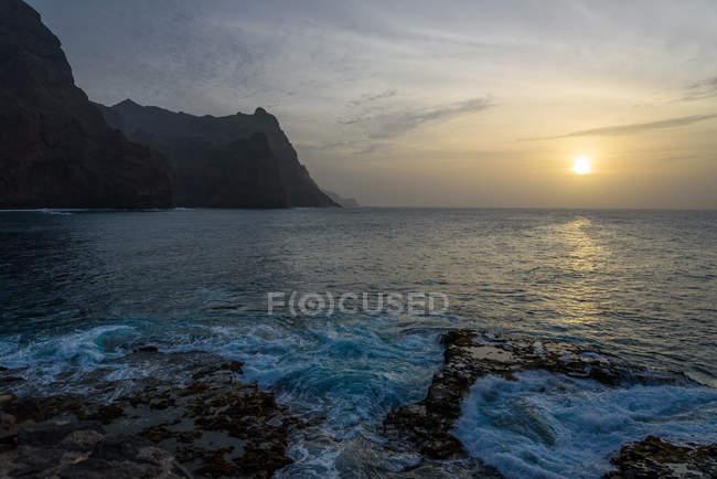 Cabo Verde, Santo Antao, Ponta do Sol, puesta de sol en Ponta do Sol por la costa rocosa - foto de stock