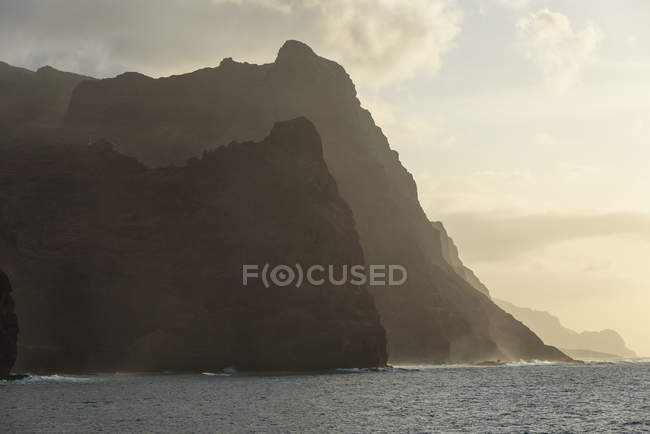 Cabo Verde, Santo Antão, Ponta do Sol, Costa de Santo Antão com falésias altas ao pôr-do-sol — Fotografia de Stock