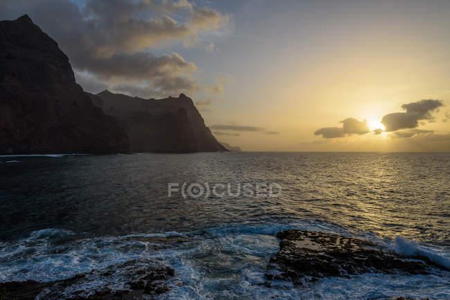 Cabo Verde, Santo Antão, Ponta do Sol, pôr-do-sol na Ponta do Sol por mar rochoso — Fotografia de Stock
