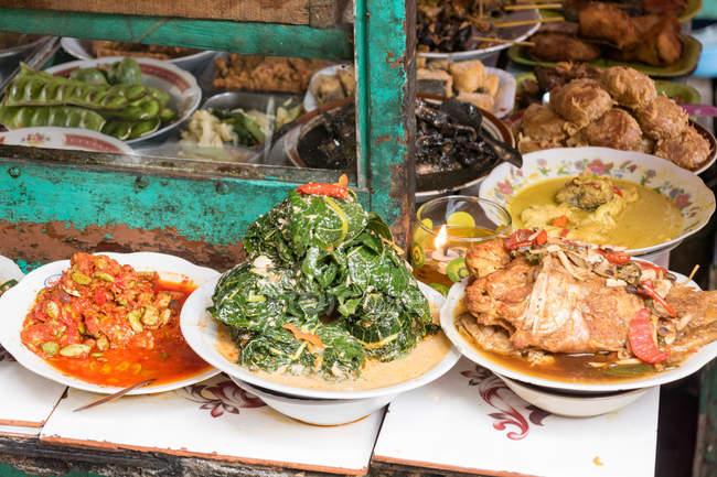Porzioni di cibo asiatico tradizionale al mercato a jakarta — Foto stock