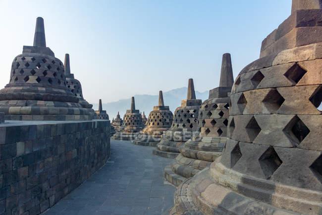 Indonésie, Jawa Tengah, Magelang, Temple bouddhiste Borobudur dans le centre de Java, paysage de montagne sur le fond — Photo de stock