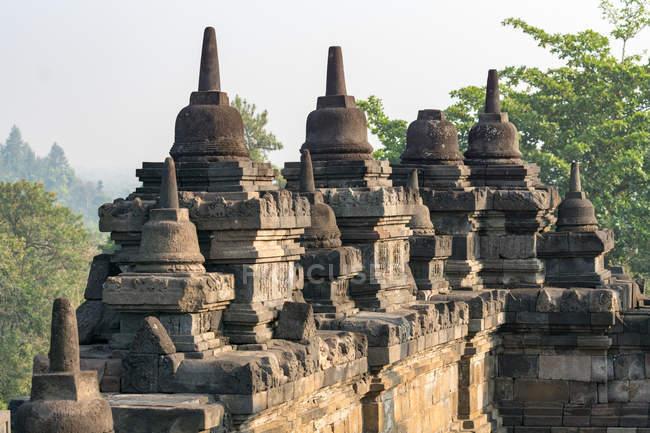 Напрямку Індонезії, аеропорту Jawa Tengah, Magelang, буддійського храму Боробудур в центральній Яві, гірський краєвид на задньому плані — стокове фото