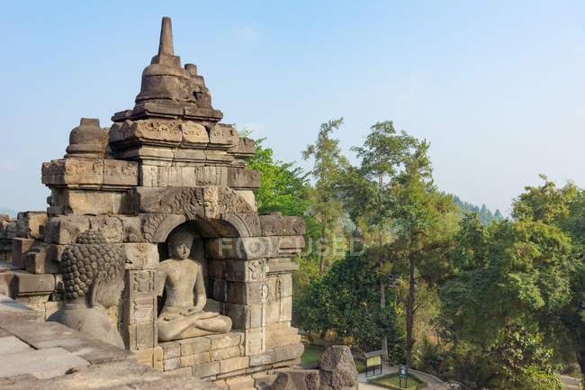 Indonésie, Java Tengah, Magelang, Temple complexe de Borobudur, Temple bouddhiste avec statue dans le paysage naturel — Photo de stock