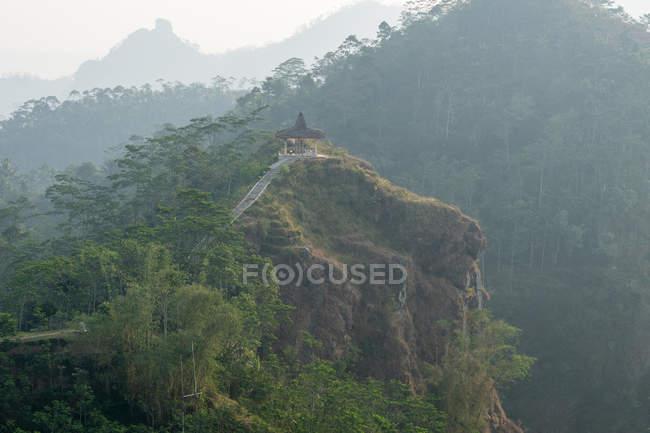 Indonesia, Java Tengah, Menoreh, viewing platform in fog, Menoreh mountain range, Puncak Suroloyo — стокове фото