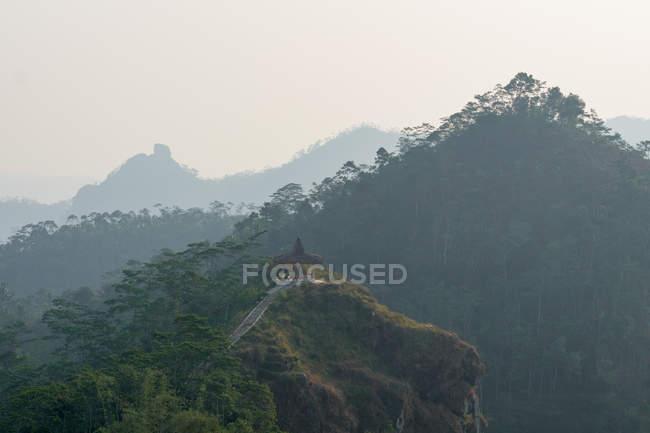 Indonesia, Java Tengah, Menoreh, viewing platform in the fog, Menoreh mountain range, Puncak Suroloyo — Stock Photo