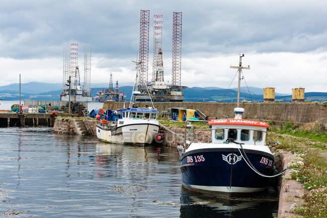 Reino Unido, Escocia, Highland, Cromarty, Isla Negra, barcos en el puerto de Cromarty - foto de stock