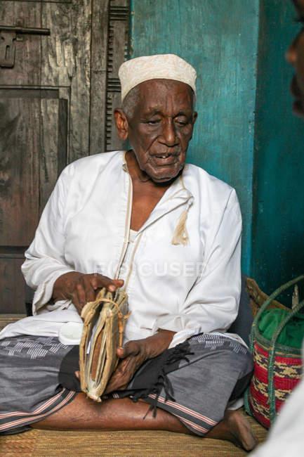 Médecin masculin en manteau blanc, île de Pemba, Zanzibar, Tanzanie — Photo de stock
