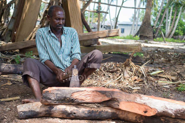 Menuiserie avec hache, Dhau-Bau, Nungwi, Zanzibar, Tanzanie — Photo de stock