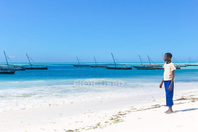 Tanzania, Sansibar, nungwi, Junge am Strand von nungwi, dhau-bau — Stockfoto