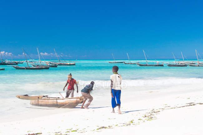 Tansania, Sansibar, Nungwi, Boy am Strand von Nungwi, Dhau-Bau — Stockfoto
