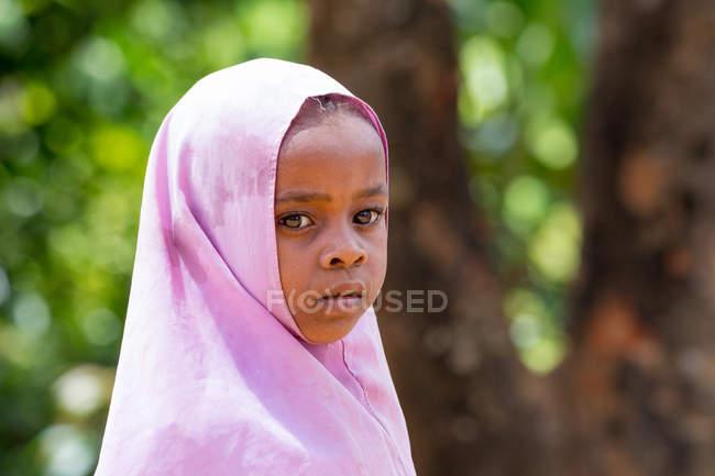 Portrait de fille africaine en arrière-plan nature, île de Pemba, Zanzibar, Tanzanie — Photo de stock