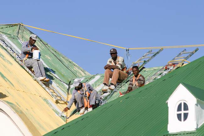 Namibia, Khomas, Windhoek, workers, painters on a building in Windhoek — Stock Photo