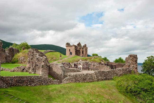 Vereinigtes Königreich, Schottland, Hochland, Inverness, Blick auf Burg Urquhart bei Loch ness, Burg Urquhart, Burgruine bei Loch ness — Stockfoto