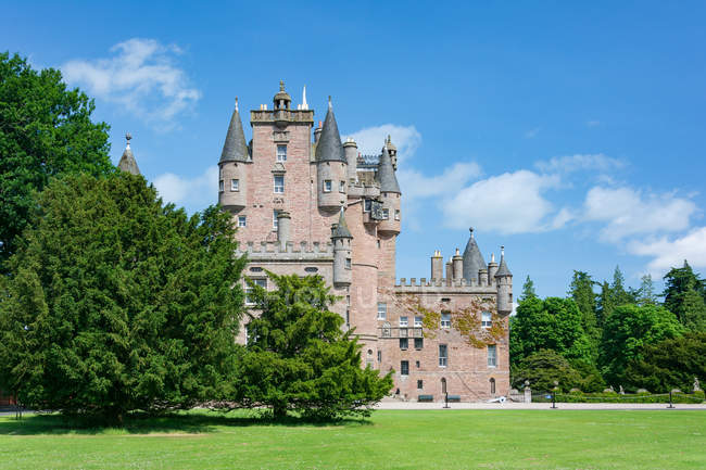 United Kingdom, Scotland, Angus, Glamis Castle from Garden, Shakespeare Macbeth — Stock Photo