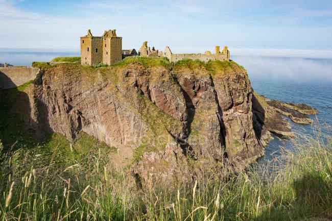 Vereinigtes Königreich, Schottland, Aberdeenshire, Stonehaven, Burgruinen von Dunnottar an der Küste in der Abendsonne — Stockfoto