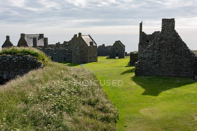 Великобритания, Шотландия, Абердиншир, Стоунхейвен, руины замка Данноттар и исторические здания — стоковое фото