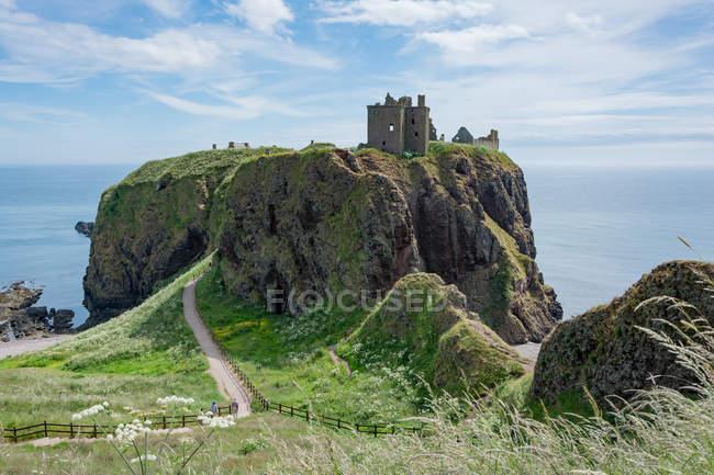 Сполучені Штати Америки, Шотландії, Абердіншир, Stonehaven, Данноттар руїни на прибережні скелі — стокове фото