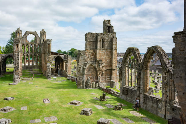 Royaume-Uni, Écosse, Moray, Elgin, Elgin Cathedral on green grassy lawn — Photo de stock