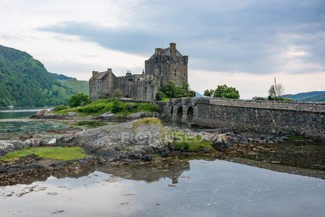 United Kingdom, Scotland, Highland, Dornie, Loch Duich, Eilean Donan Castle, Scottish Macrae clan, road to the Eilean Donan Castle by the lake — Stock Photo