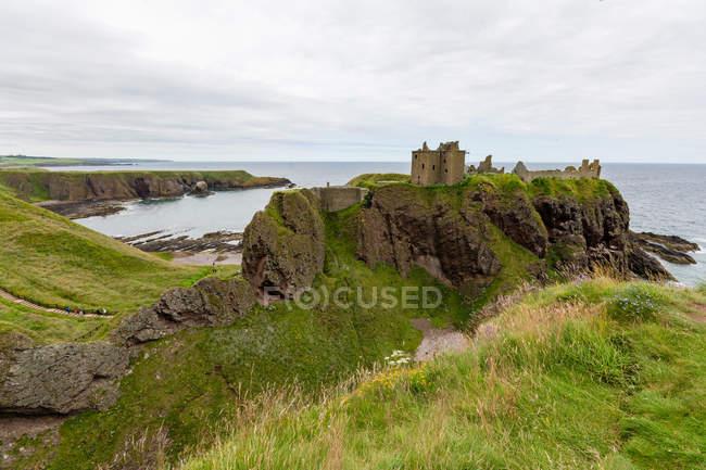 Vereinigtes Königreich, Schottland, Aberdeenshire, Stonehaven, Burgruinen von Dunnottar an der Meeresküste — Stockfoto