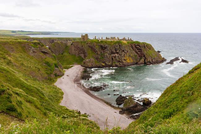 Сполучені Штати Америки, Шотландії, Абердіншир, Stonehaven, Данноттар руїни на прибережні скелі, примхливим морський пейзаж подання — стокове фото